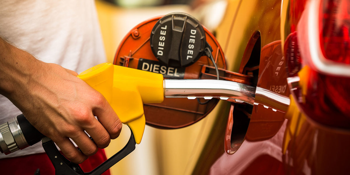 30088559 - hand refilling the car with fuel, close-up Schlagwort(e): auto, automobile, benzine, blue, business, car, closeup, clouds, consumer, copy space, cost, day, diesel, economy, energy, environment, filling, fill up, fuel, gallon, gas, gasoline, green, hand, handle, hold, industry, nozzle, oil, outdoors, person, petrol, petroleum, pollution, pump, refill, refuel, service, sky, station, tank, transport, travel, trigger, using, vehicle